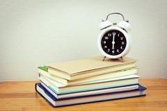 Bücher und Uhr Lizenzfreie Stockfotografie