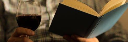 Bücher und Wein sind süchtig machend lizenzfreie stockfotografie