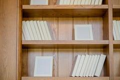 Bücher Viele Bücher mit den hellen weißen Abdeckungen lokalisiert auf hölzernem Hintergrund Gestaltungselement-, Papier- und Lede stockbilder