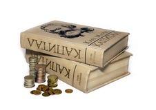 Bücher von Charles Marx und die russischen Münzen Stockfotos
