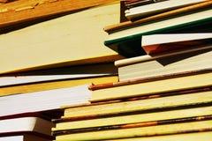 Bücher von verschiedenen Farben, Wissenskonzept, Abschluss oben Lizenzfreie Stockbilder