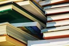 Bücher von verschiedenen Größen, Wissenskonzept, Abschluss oben Stockfotos
