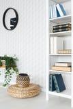 Bücherregal im Raum stockfotografie