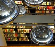 Bücherregal, mit den bunten und inspirierend abstrakten surrondings mit glänzenden Lampen lizenzfreie stockfotografie