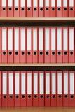Bücherregal mit Faltblättern Lizenzfreie Stockfotos