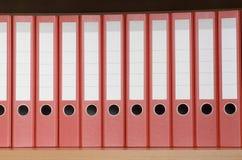 Bücherregal mit Faltblättern Stockfotos
