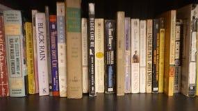 Bücherregal mit Linie von Büchern lizenzfreies stockbild