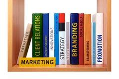 Bücherregal mit Marketing-Wissen und -fähigkeiten. Stockbilder