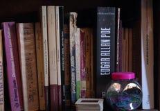 Bücherregal voll von alten Büchern lizenzfreie stockfotos