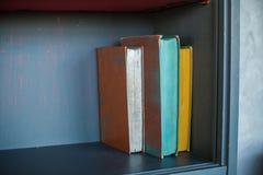 bücherregale alte Bücher im Regal, Hintergrund Stockbild