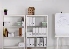 Bücherschrank mit Ordnern Stockbilder