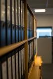 Bücherschrank mit vielen Mappen Lizenzfreie Stockfotografie