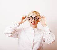 Bücherwurm, nette junge blonde Frau in den Gläsern, blondes Haar, Jugend Lizenzfreies Stockfoto