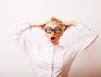 Bücherwurm, nette junge blonde Frau in den Gläsern, blondes Haar, Jugend Stockbild