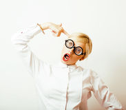 Bücherwurm, nette junge blonde Frau in den Gläsern, blondes Haar, Jugend Stockbilder