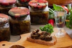In Büchsen konservierte Aubergine und ein Stück Brot Lizenzfreies Stockfoto