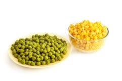 In Büchsen konservierte grüne Erbse und Mais Stockfotos