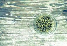In Büchsen konservierte grüne Erbsen in der Platte Stockfotos