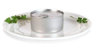 In Büchsen konservierte Nahrung auf weißer Platte. Lizenzfreie Stockbilder