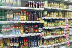 In Büchsen konservierte Pilze und Essig auf Regalen des Supermarktspeichers lizenzfreies stockbild