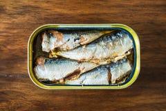 In Büchsen konservierte Sardinen im Olivenöl stockfotografie