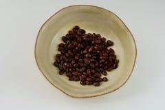 In Büchsen konservierte schwarze Bohnen in der Schüssel Lizenzfreie Stockbilder