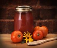 In Büchsen konservierte Tomaten auf Zählwerk Lizenzfreie Stockfotografie