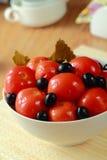 In Büchsen konservierte Tomaten der roten Farbe Stockbild