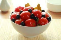 In Büchsen konservierte Tomaten mit Oliven Stockfotos