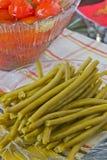 In Büchsen konservierte Tomaten und grüne Bohnen Stockfoto