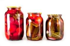 In Büchsen konservierte Tomaten und Gurken in einem Glasgefäß auf einem weißen Hintergrund lizenzfreies stockbild