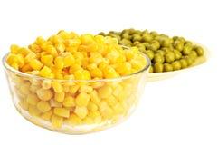 In Büchsen konservierter Mais und Erbse Stockfoto
