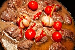 In Büchsen konserviertes gedämpftes Fleisch mit Soße und Gemüse lizenzfreie stockfotografie