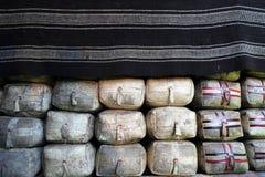 Büffelbutterskorpion in einer Rindledertasche unter der Decke im tibetanischen Haus stockfotos