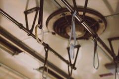 Bügel, die vom Dach eines alten Zugs hängen Stockfotos