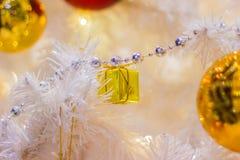 Bügel-Zubehör-Verzierungs-Weihnachten mit Geschenkbox Lizenzfreies Stockbild