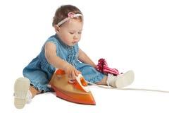 Bügeln des kleinen Mädchens stockfoto