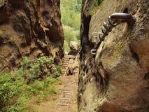 Bügeln Sie das verdrehte Seil, das im Block durch Schraubenkarabinerhaken geregelt wird Detail von Tampen verankert in Felsen Lizenzfreie Stockfotografie