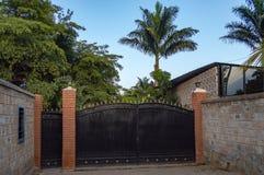 Bügeln Sie Eintrittsportal mit Pfeilen auf Spitzen- und Palmen im backgroun Stockfoto