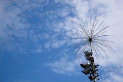 Bügeln Sie Galvanostahl gegen einen elektrischen Brunnen des blauen Himmels Lizenzfreie Stockfotos