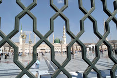 Bügeln Sie Geländer hinter der Nabawi-Moschee, Medina, Saudi-Arabien stockfotografie