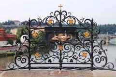 Bügeln Sie geschmiedetes Gitter in Charles-Brücke von Prag Stockfotos