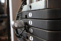 Bügeln Sie Gewichte auf Übungsmaschine, horizontale Compos Lizenzfreie Stockfotografie