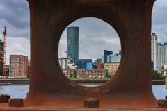 Bügeln Sie Schiffspoller, auf Hintergrund Canary Wharf in London Lizenzfreies Stockfoto