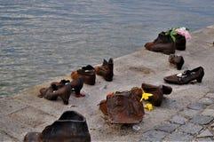 Bügeln Sie Schuhe auf den Banken der Donaus Stockfotografie