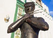 Bügeln Sie Statue des Charakter Vielfrasses von X-Men nahe Wand vom Kreml in Izmailovo Lizenzfreie Stockfotos