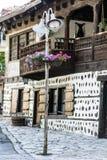 Bügeln Sie Straßen-Laterne auf einem Weinlesehaushintergrund Stockfotos