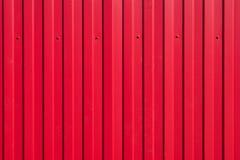 Bügeln Sie Zaun mit hellen roten Rippen und Zähnen Lizenzfreie Stockbilder