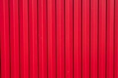 Bügeln Sie Zaun mit hellen roten Rippen und Zähnen Stockfoto