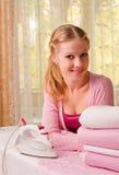 Bügelnde Kleidung der Frau Lizenzfreies Stockfoto